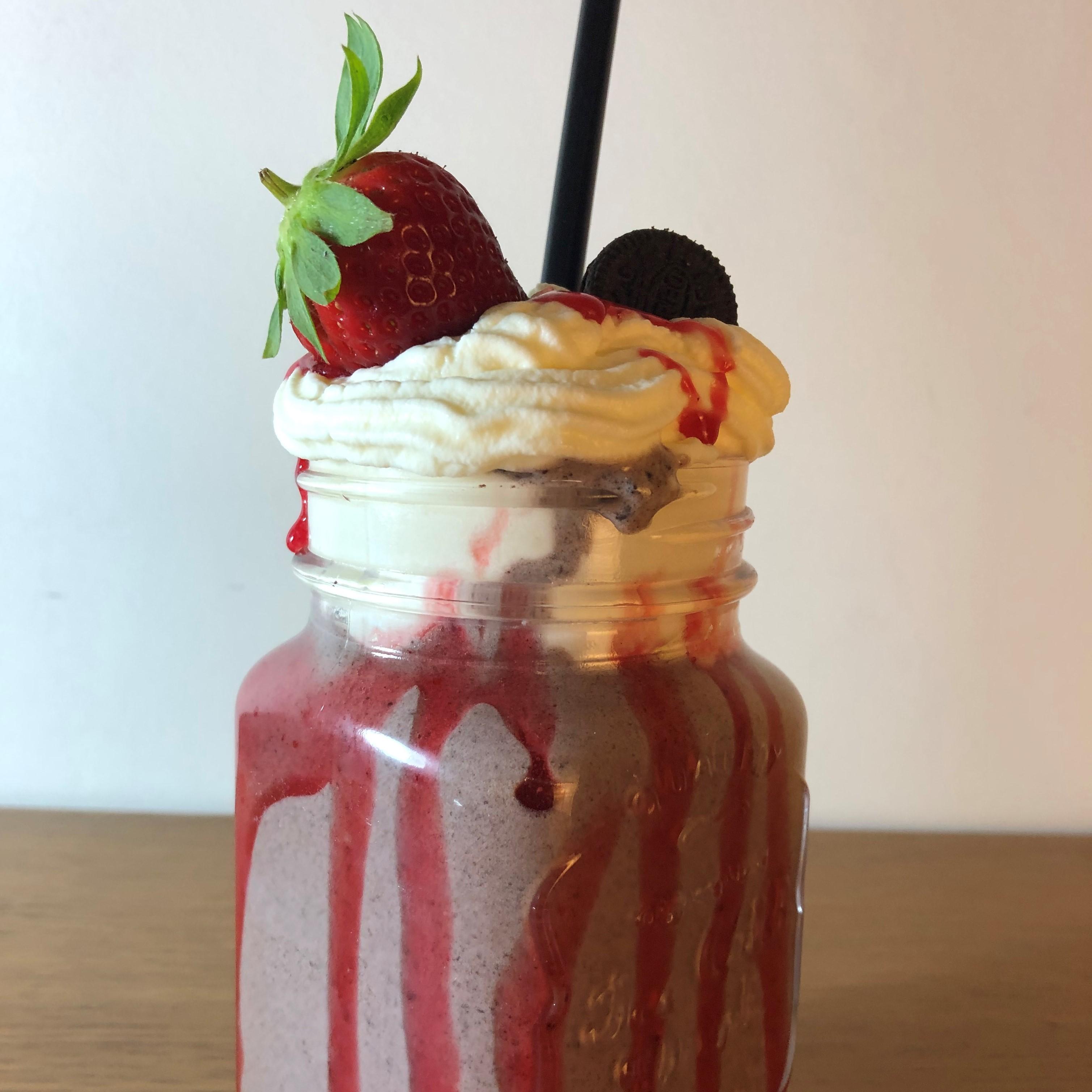 Milkshake de fresa con oreo y nueces de macadamia