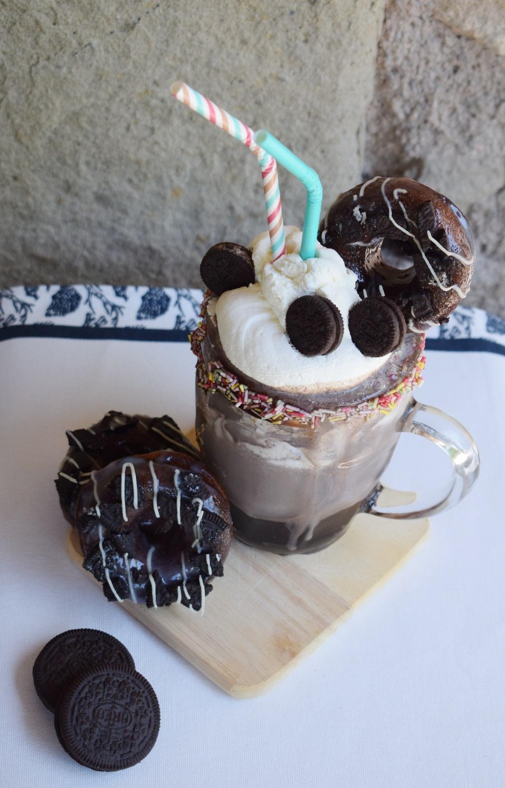 Presentación de la receta de Shake de oreo con donuts de oreo